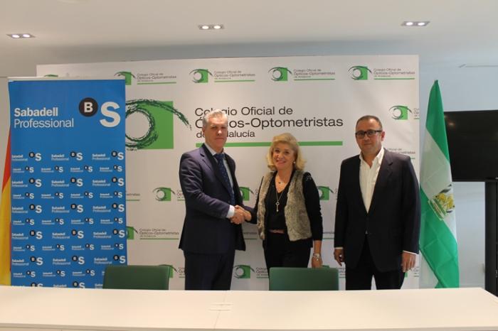 Juan Carlos Gil de Biedma Benjumeda, director de zona en Sevilla Sur y Córdoba de Banco Sabadell; junto a Blanca Fernández, presidenta del COOOA; y Jorge Maguilla, tesorero del COOOA