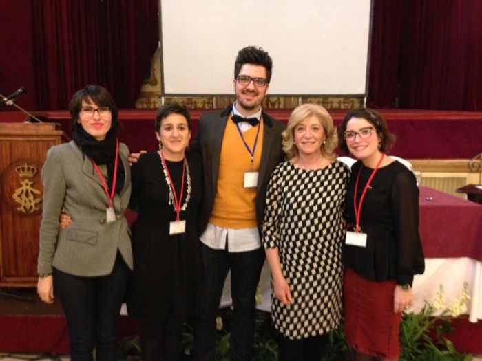 Blanca Fernández, presidenta del COOOA, posa junto a varios de los ponentes que participaron en las jornadas celebradas en Córdoba, donde aportaron su visión acerca del aprendizaje y desarrollo en edad infantil en diferentes campos científicos
