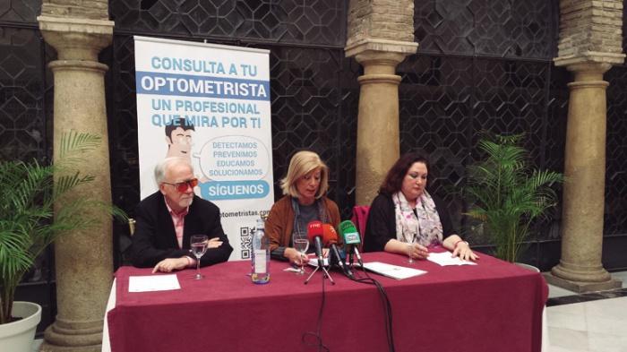 Jacinto Zulueta (izq.) junto a Blanca Fernández, presidenta del COOOA (centro) y Mª Dolores RIvas, presidenta de la Unión de Consumidores de Córdoba (der). La Asociación Mácula-Retina colaboró con el Colegio en la campaña 'Somos optometristas' referente a la salud visual en mayores.
