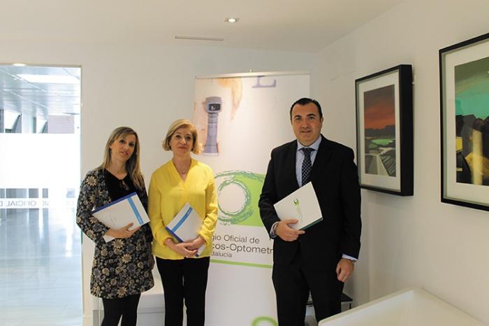 Blanca Fernández, presidenta del COOOA, junto a Rafael Reyes, jefe de Gestión Comercial de Adeslas y Olga Gómez, agente de seguros exclusivo.