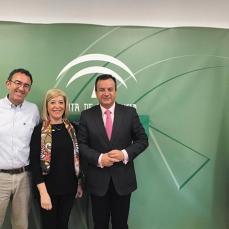 Juan José Durbán y Blanca Fernández, delegado en Granada y presidenta del COOOA, respectivamente; e Higinio Almagro, delegado de Salud de la Junta de Andalucía en Granada.