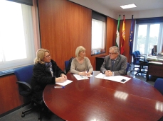 Mª Ángeles Macías y Blanca Fernández, delegada en Huelva y presidenta del COOOA en Huelva, respectivamente; y Rafael López, delegado de Salud de la Junta de Andalucía en Huelva.