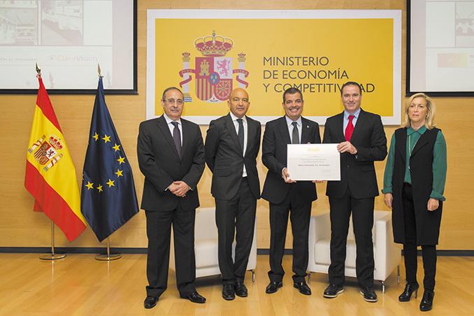 Los fundadores de ClaraVisión posan con el Premio Nacional de Comercio Interior 2015