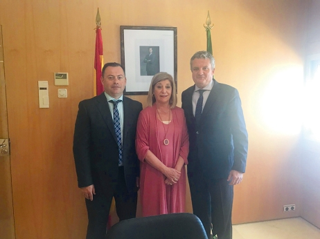 Blanca Fernández, presidenta del COOOA, junto a Juan de la Cruz Belmonte, delegado de Salud y Familias de Almería, y Javier Sebastián, delegado almeriense del COOOA