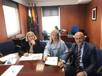 Manuela María Caro, delegada de Salud y Familias de Huelva, y José Noval, delegado onubense del COOOA