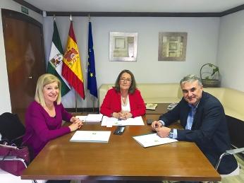 Regina Serrano, delegada de Salud y Familias de Sevilla, y Esteban Moreno, delegado hispalense del COOOA